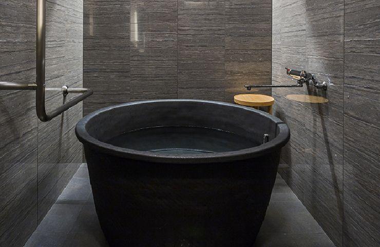 Shigaraki pottery bathtub